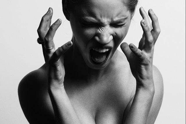 女性 叫ぶ